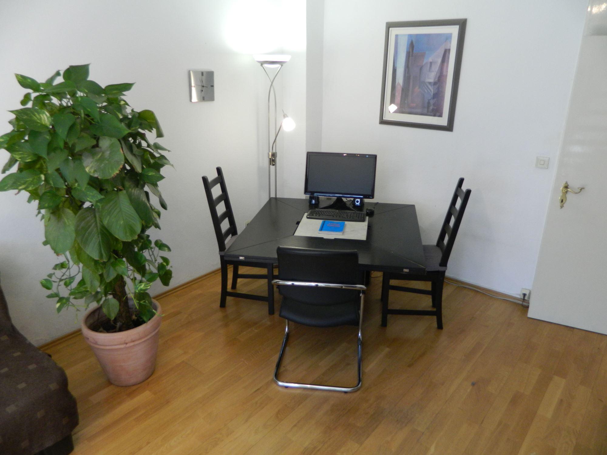 arbeitsplatz im unterrichtsraum franz sisch lernen in m nchen. Black Bedroom Furniture Sets. Home Design Ideas